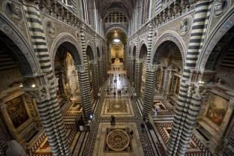 Siena. Nella foto la pavimentazione del Duomo di siena mostra il suo rinnovato splendore dopo il recente restauro ed aperta al pubblico una solo volta all' anno, 04 Agosto 2012. ANSA/NICCOLO' CADIRNI